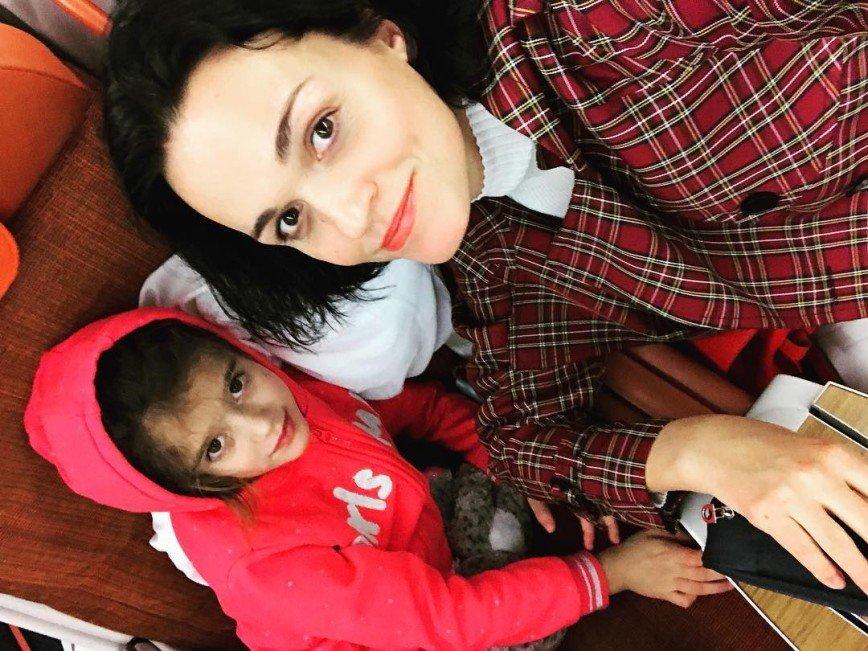 «Материнство во всей красе»: певица Слава носит дочь на спине