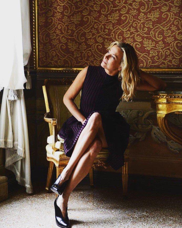 «Ваши образы вдохновляют»: Юлия Высоцкая показала туфли с V-образным вырезом
