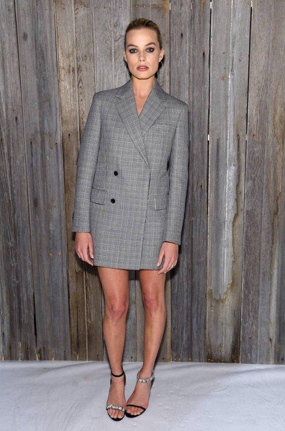 «Такие ноги надо прятать»: Марго Робби пришла на модный показ без брюк
