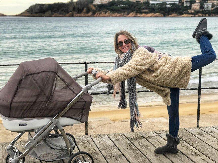«Зачем нужна сетка?»: прогулка Юлии Ковальчук с коляской вызвала удивление поклонников