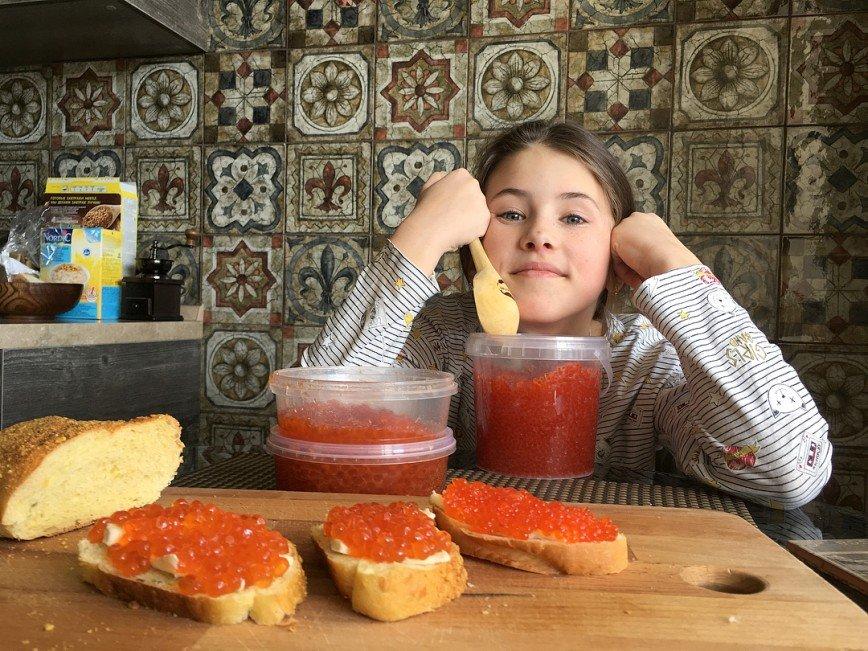 «Вас еще не тошнит от нее?»: Алексей Панин показал запасы красной икры