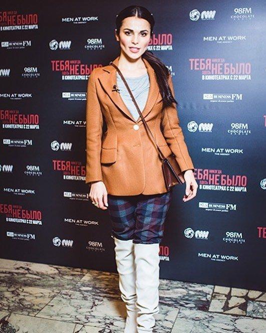 «Меня добили эти белые ботфорты»: Сати Казанова впечатлила сочетанием брюк с обувью