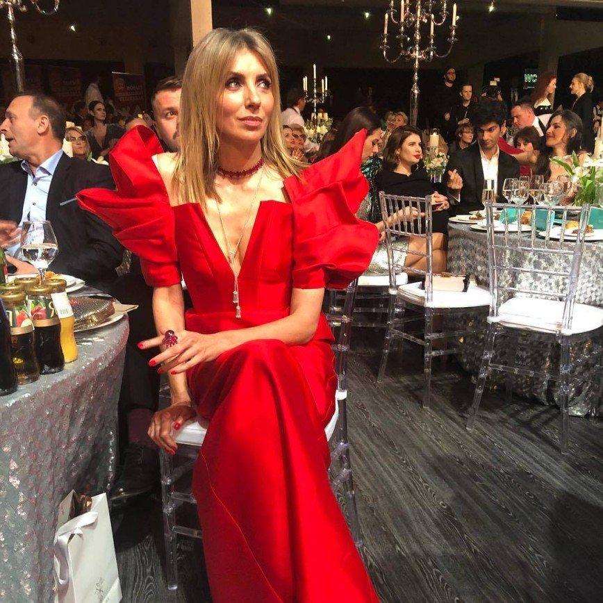 «Давно так не смеялась»: оригинальный крой наряда Бондарчук позабавил поклонников