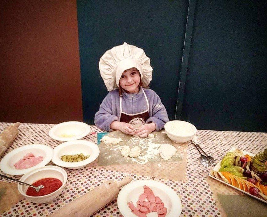 «Хозяюшка растет»: 5-летняя дочь Виктории Макарской умеет готовить пиццу