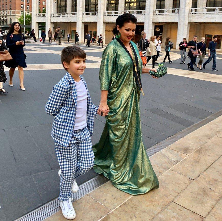«Кавалер подрастает»: Анна Нетребко сходила с сыном на балет