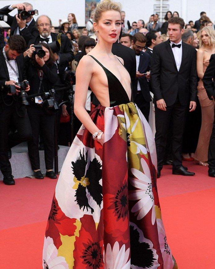 «Где заканчивается декольте?»: платье Эмбер Херд назвали юбкой на лямках