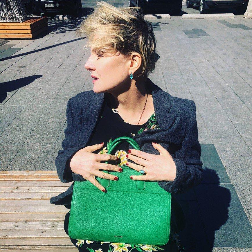 «Зеленое освежает»: Рената Литвинова в излюбленной манере похвасталась сумкой