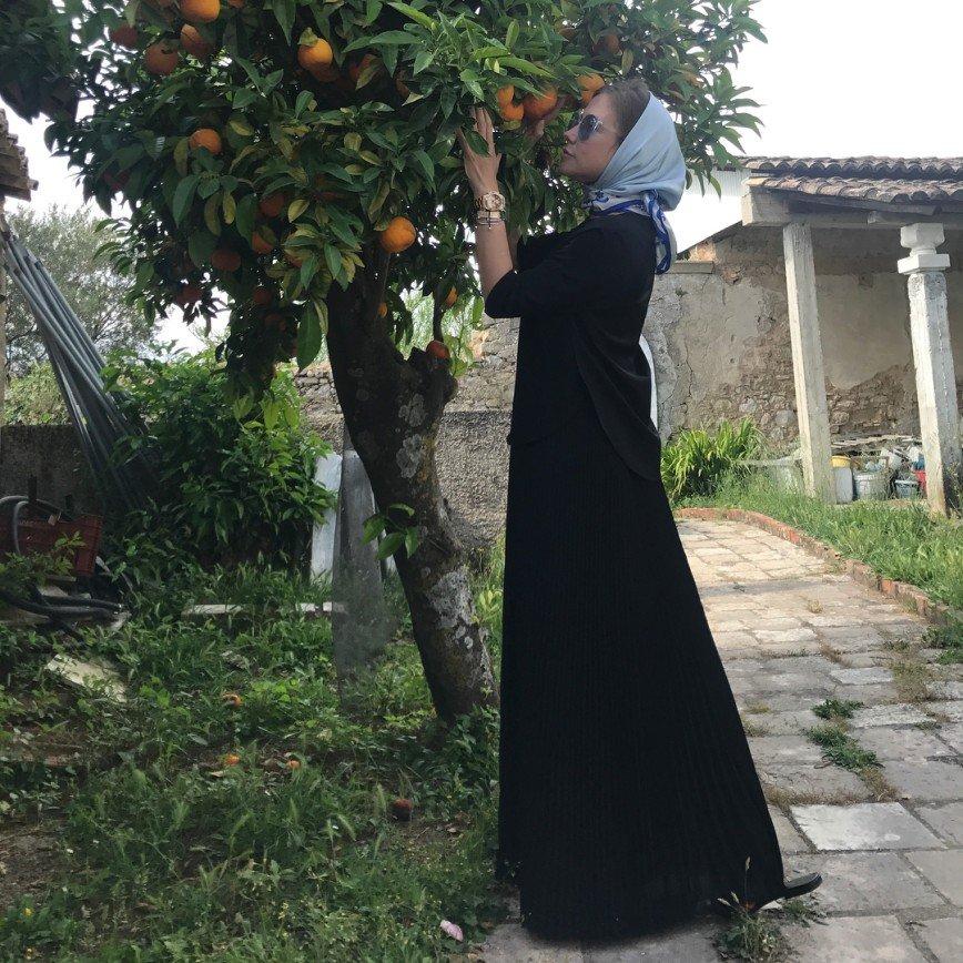 «Очень скромно»: Юлия Барановская удивила платком и длинным подолом