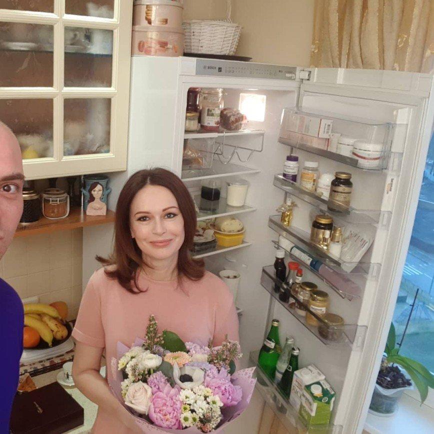 «Поэтому и мужья сбегают»: холодильник Ирины Безруковой удивил отсутствием сытной еды