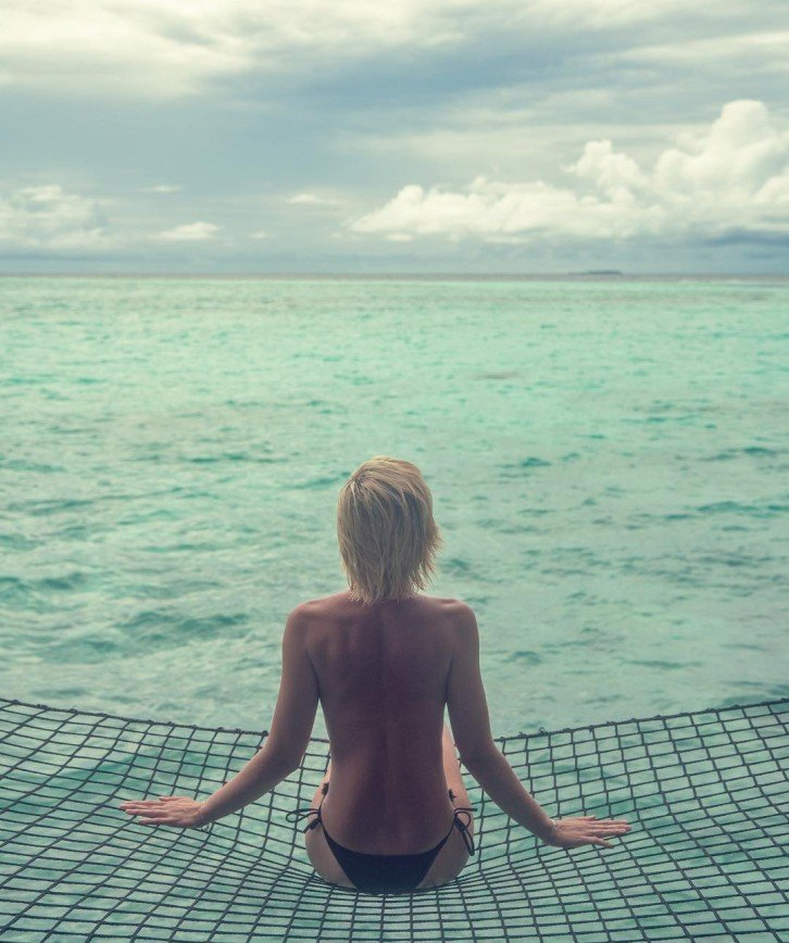 «Вы одни на острове?»: Полина Гагарина позировала для фото топлес на Мальдивах