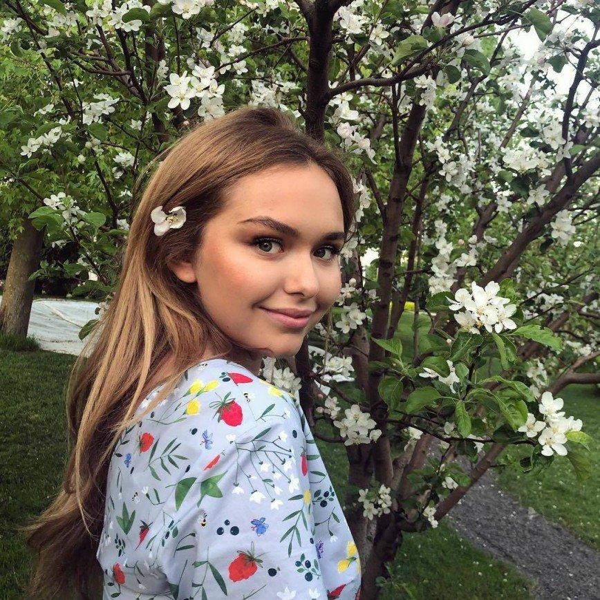 «Контур ужасно поплыл»: помада Стеши Маликовой не украсила ее внешность