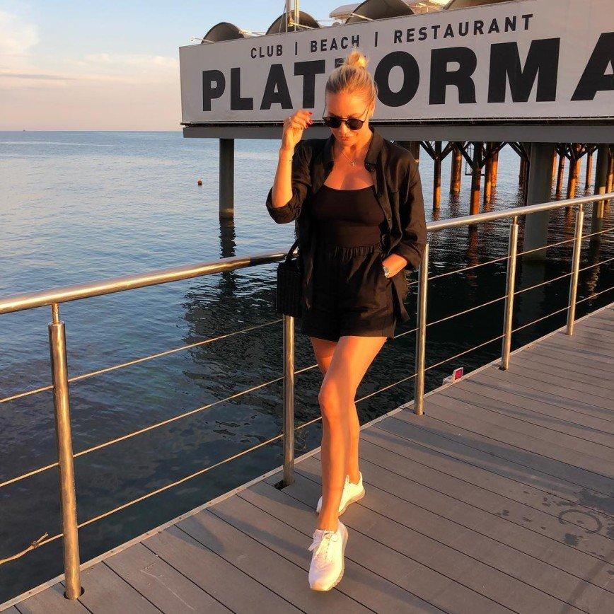 «Как на спортивные соревнования»: Елена Летучая в шортах и майке появилась на «Кинотавре»