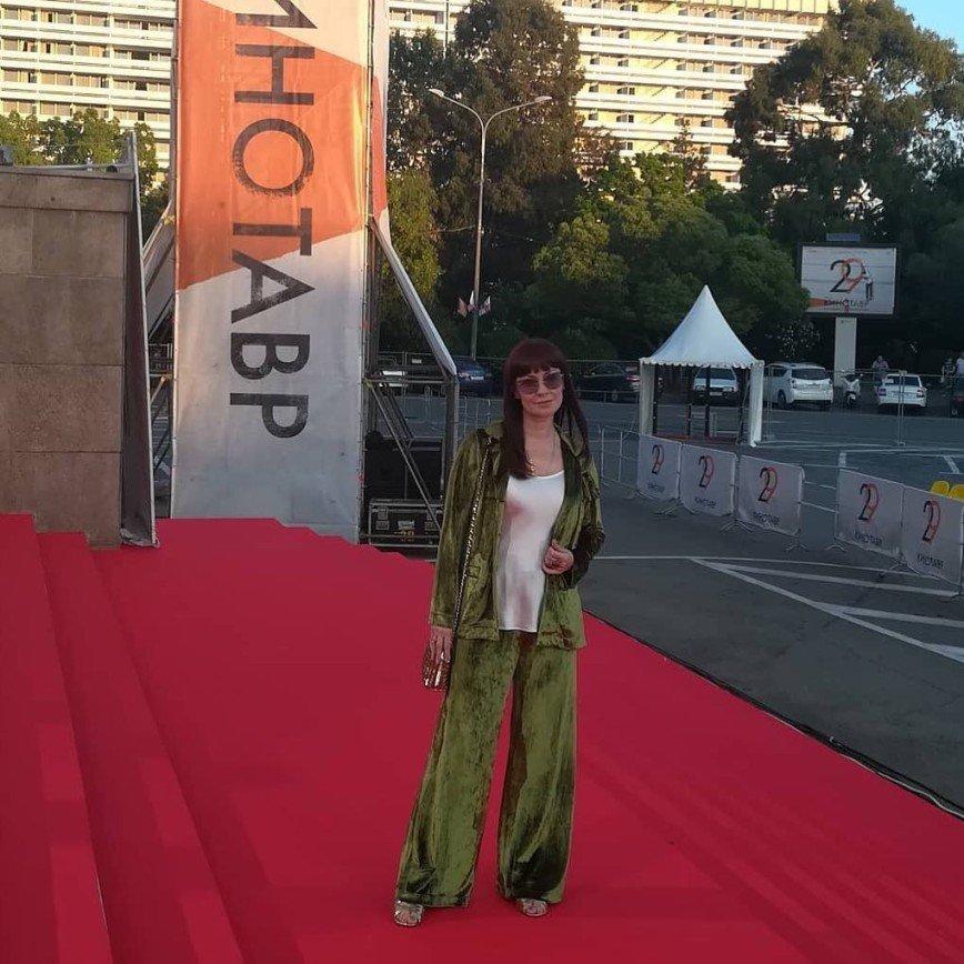 «Куда в пижаме?»: Нонна Гришаева смутила нарядом на премьере фильма
