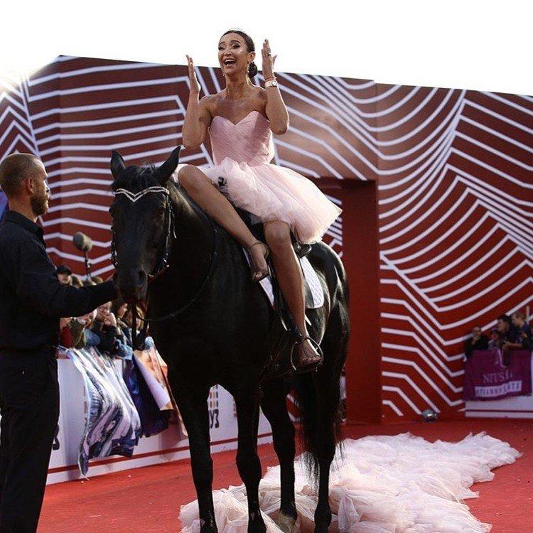 Ольга Бузова оседлала лошадь и потеряла десятиметровый шлейф своего платья