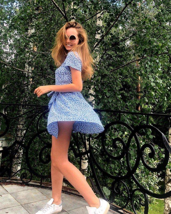 «Трусы засветила»: Стеша Маликова взметнула юбку ультракороткого платья