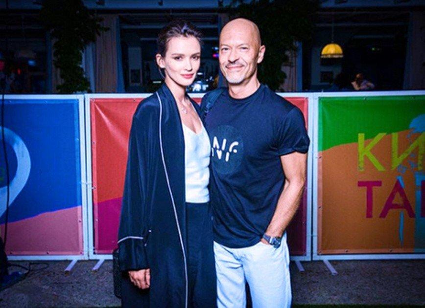 «Из одного отеля взяли?»: Паулина Андреева и Аглая Тарасова вышли в свет в одинаковых халатах