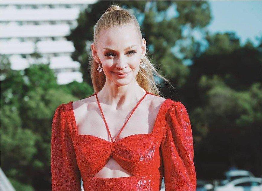 """""""Цвет не к лицу блондинке"""": бледная Светлана Ходченкова потерялась в красном платье"""