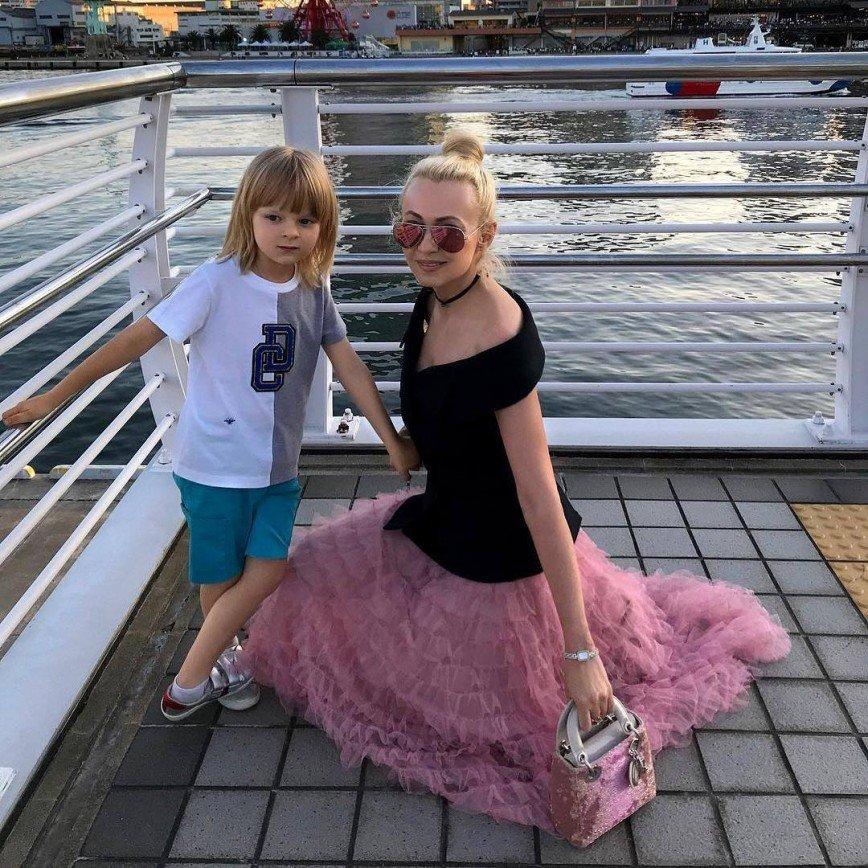 «Даже банан нужно выпрашивать»: сын Яны Рудковской выменивает цветы на сладости