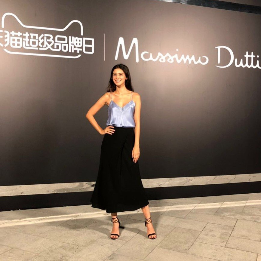 «Вроде белье, а как достойно!»: Равшана Куркова очаровала своим нарядом в Шанхае