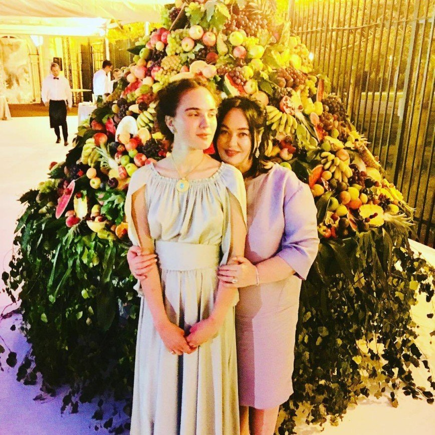Джинсы-клеш дочери напомнили Ларисе Гузеевой о ее молодости