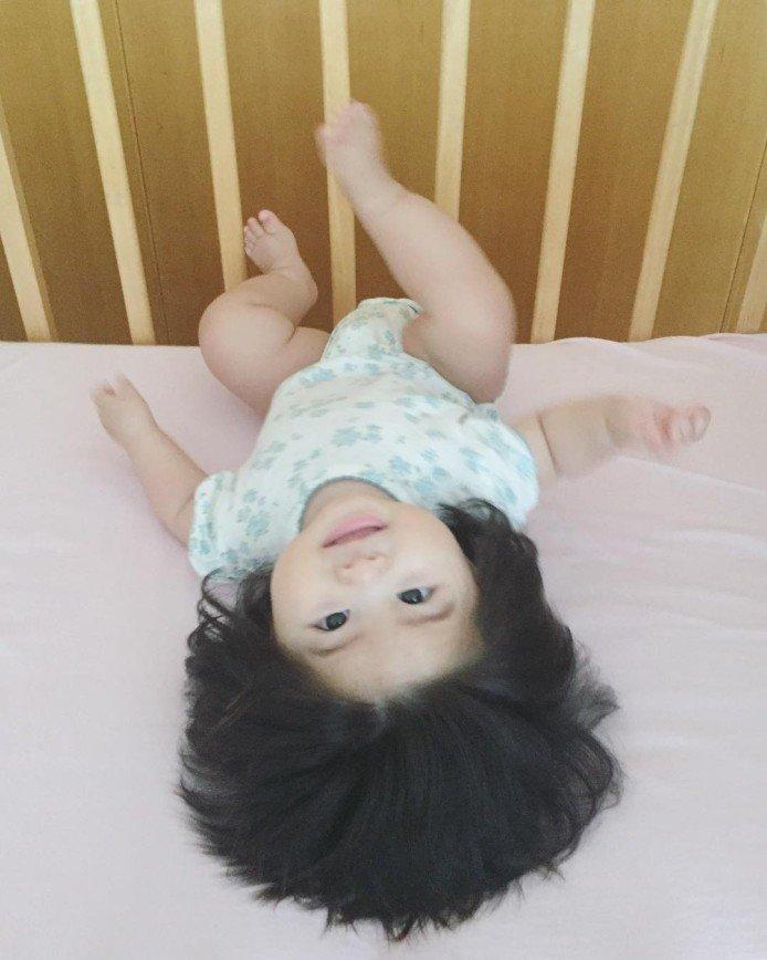 7-месячная японка стала звездой интернета из-за сказочно густых волос