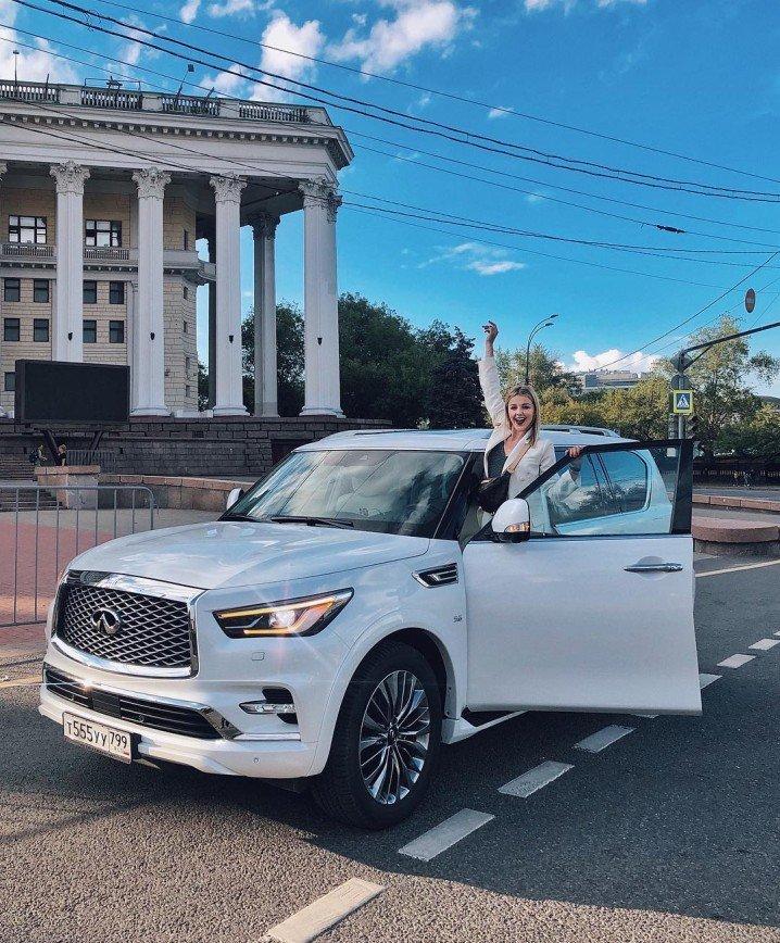 «Звездам бесплатно дают, что ли?»: Юлианна Караулова похвасталась новой иномаркой