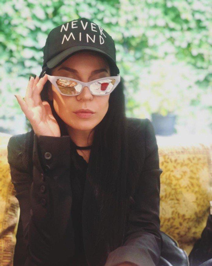 «Это теперь тренд?»: певица Ёлка сфотографировалась на фоне кучи мусора