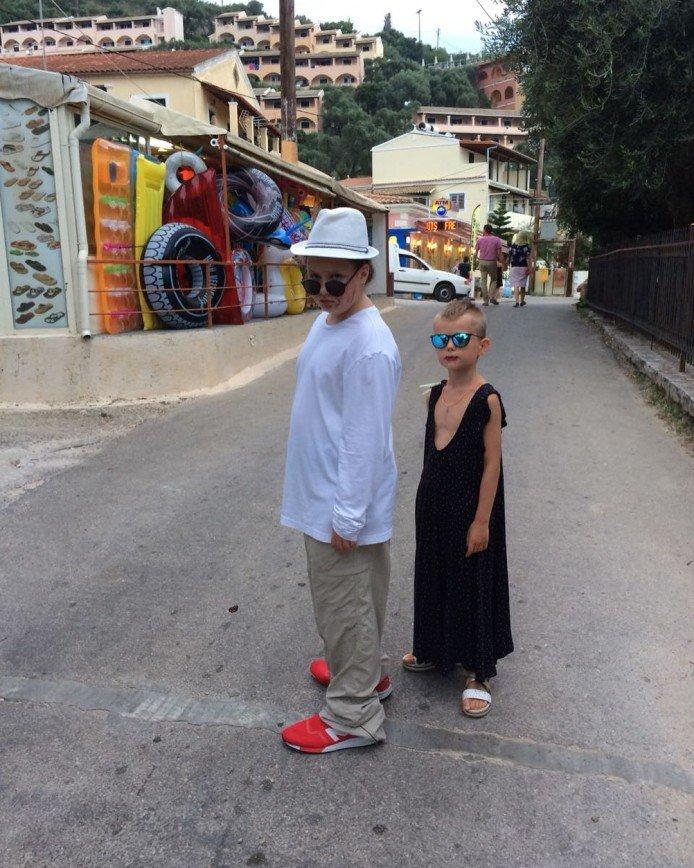 «Помада и платье на мальчике?»: Виктория Толстоганова поощряет странные забавы сына
