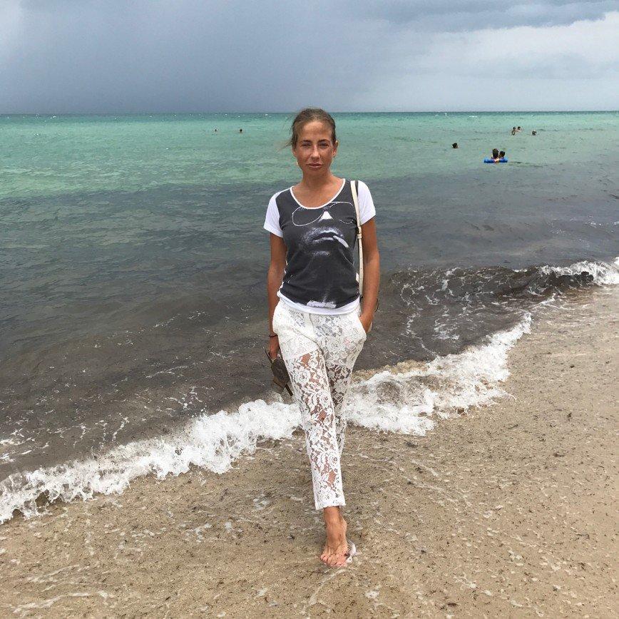 «Я тоже такие хочу!»: Юлия Барановская очаровала стильными летними брюками