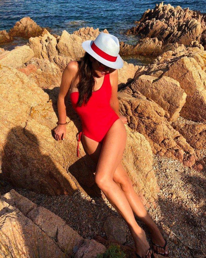 «Фигура – огонь!»: 54-летняя Ольга Крутая показала формы в красном купальнике