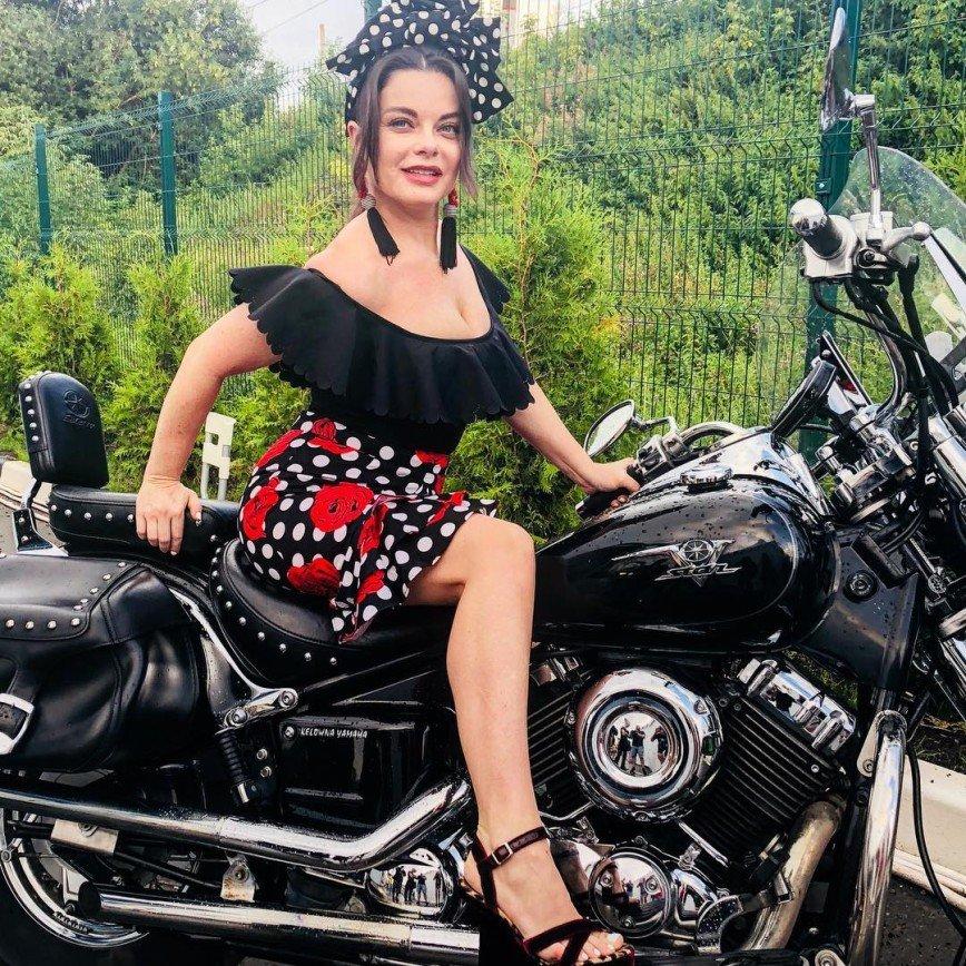 Наташа Королева в детском наряде села на мотоцикл