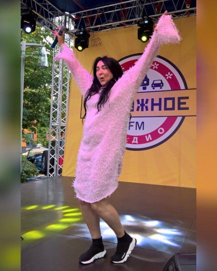 «Чудо в перьях»: Лолита Милявская выступила в растянутом свитере