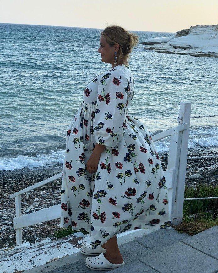 «Сейчас взлетит»: Ирина Пегова рассмешила платьем-парусом