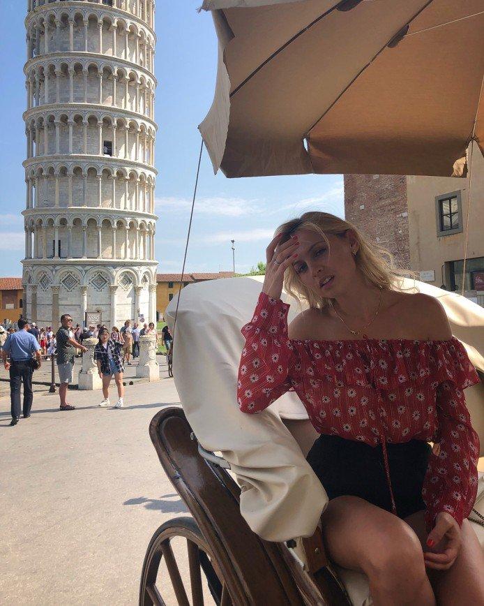 «Удивительная блузка!»: Янина Студилина восхитила романтичным нарядом