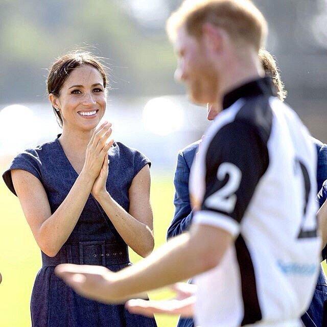«Такие настоящие»: принц Гарри и Меган Маркл поцеловались на публике