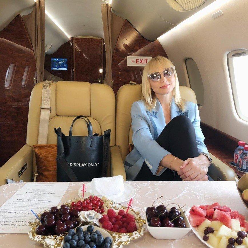 «Какой размах!»: Кристина Орбакайте вызвала зависть своим застольем в самолете