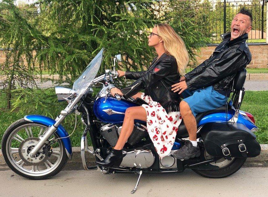«За подругами глаз нужен»: Сергея Шнурова подозревают в романе с Никой Белоцерковской