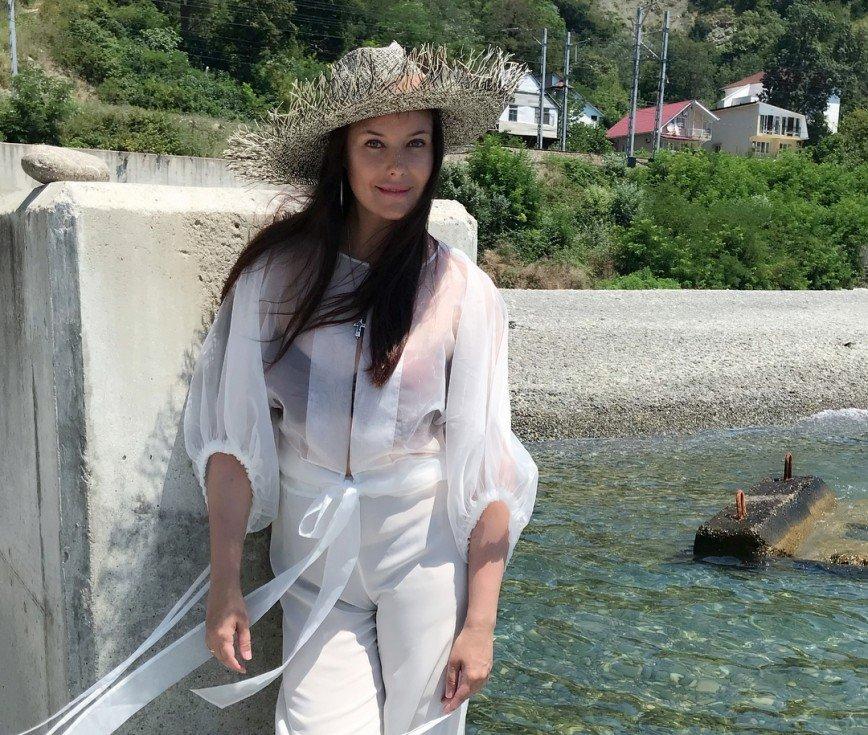 Полупрозрачные и летящие: Оксана Федорова выбирает романтичные образы для пляжа