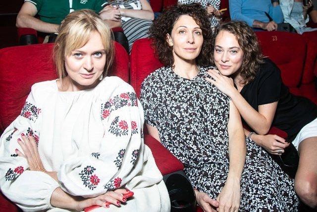 Барышня-крестьянка: Анна Михалкова на премьеру надела платье с затейливой вышивкой
