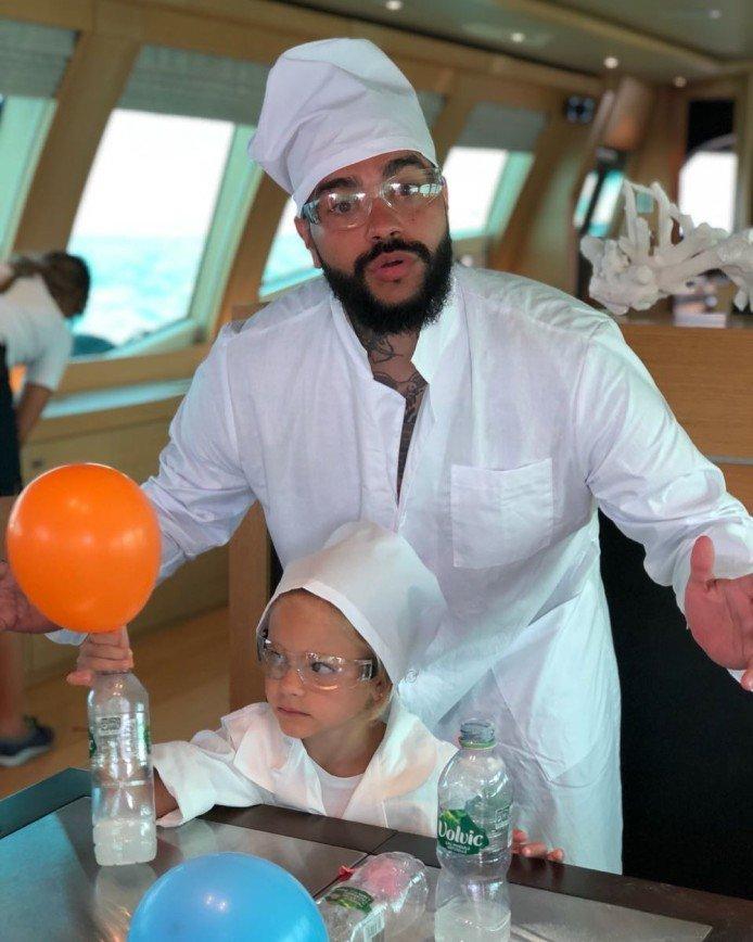 Тимати вместе с дочкой провел веселые химические опыты