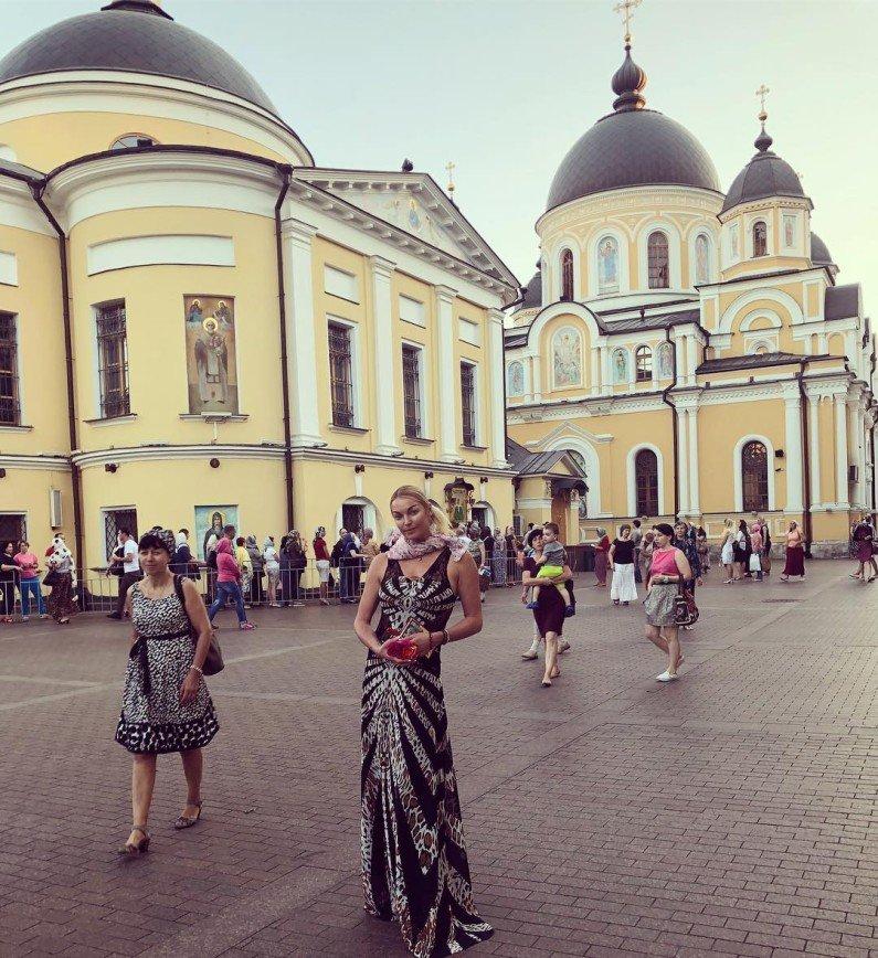 Анастасия Волочкова в неподобающем платье отправилась в храм