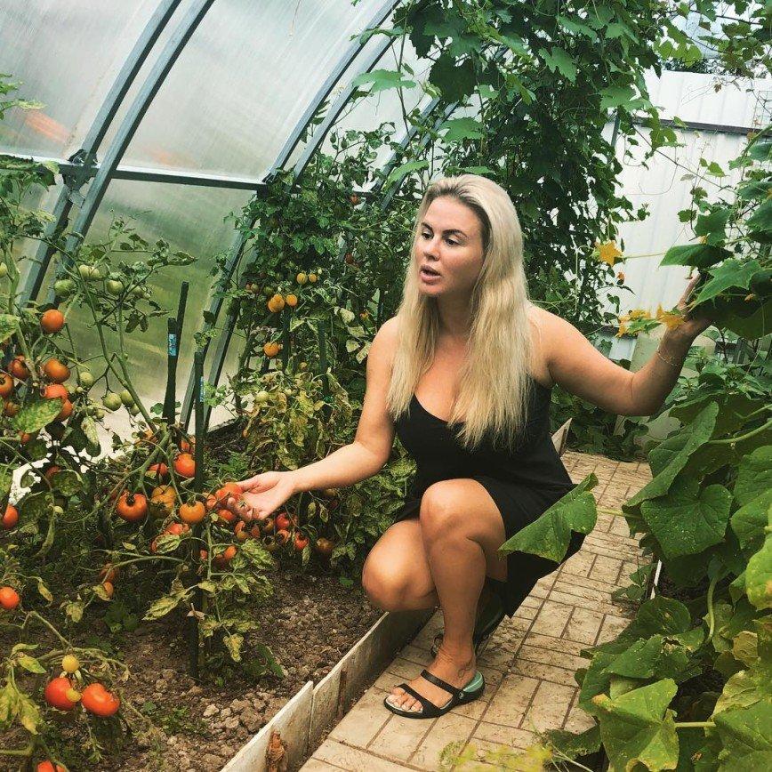 Мать Анны Семенович вырастила целый урожай в теплице