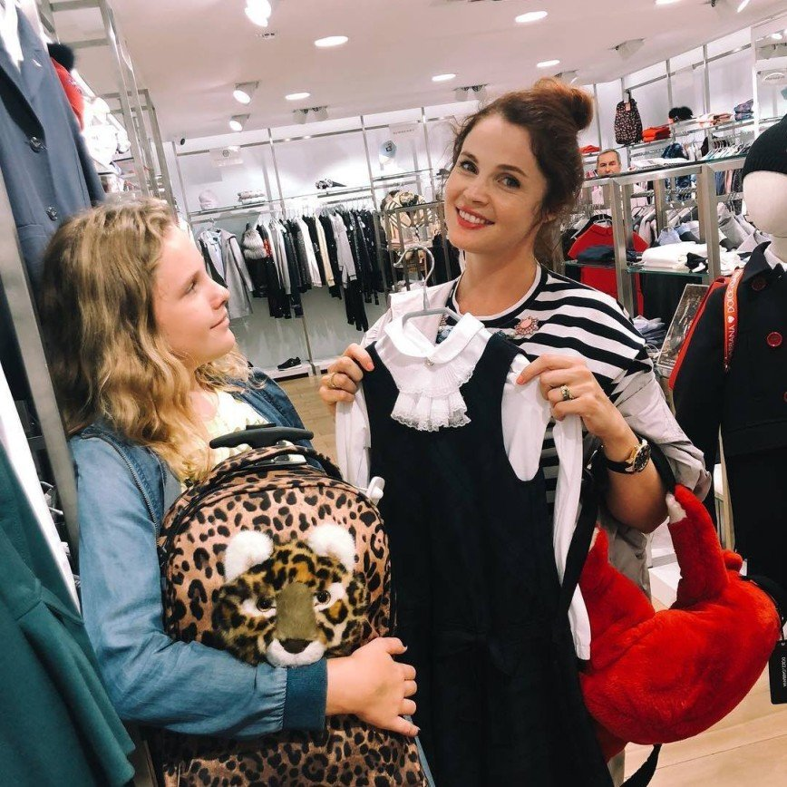 Екатерина Вуличенко раскрыла беременность в эффектном платье из нитей