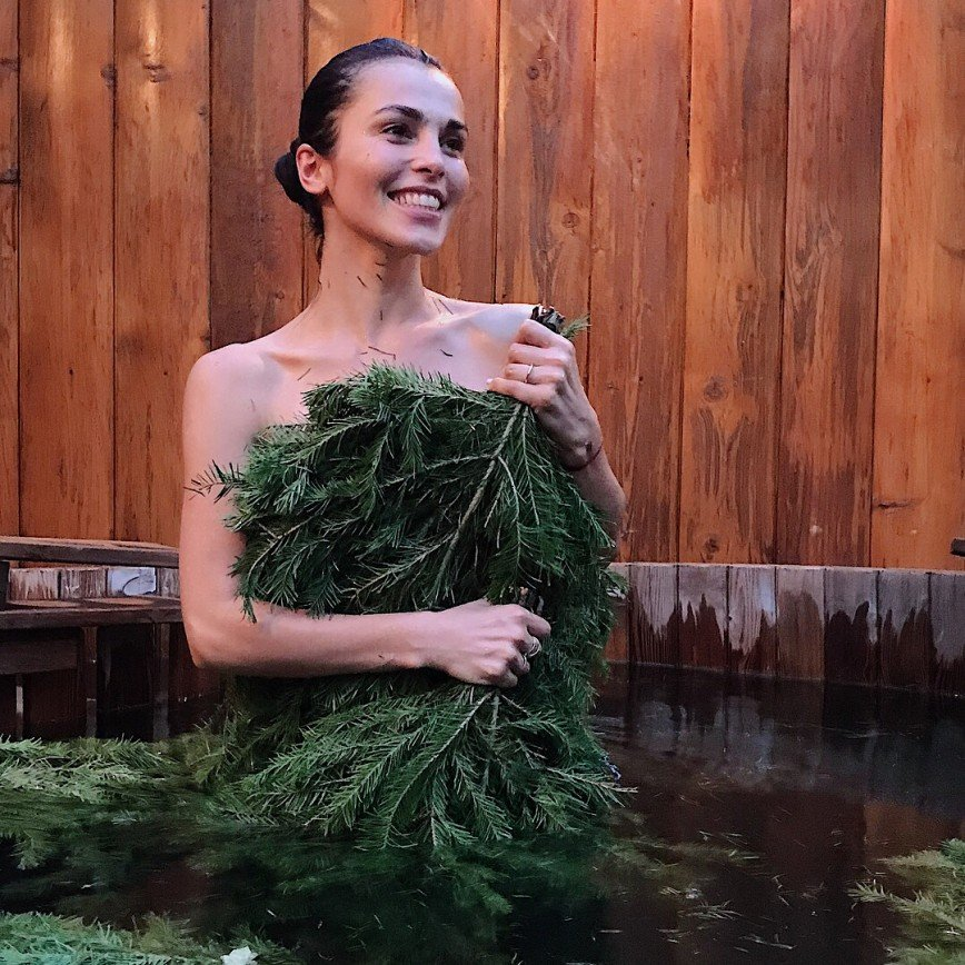 Сати Казанова банными снимками составила конкуренцию Волочковой