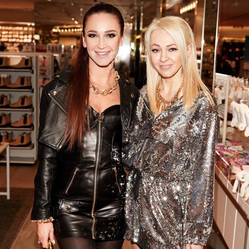 Блеска много не бывает: Яна Рудковская в экстремальном мини посетила модное мероприятие