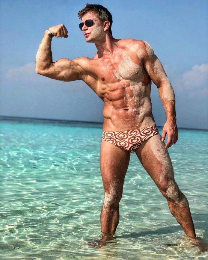 Привет от Рэмбо: Роман Курцын показал безупречное тело на пляже