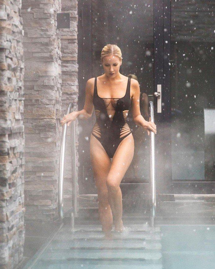 Елена Летучая в затейливом купальнике продемонстрировала все достоинства фигуры