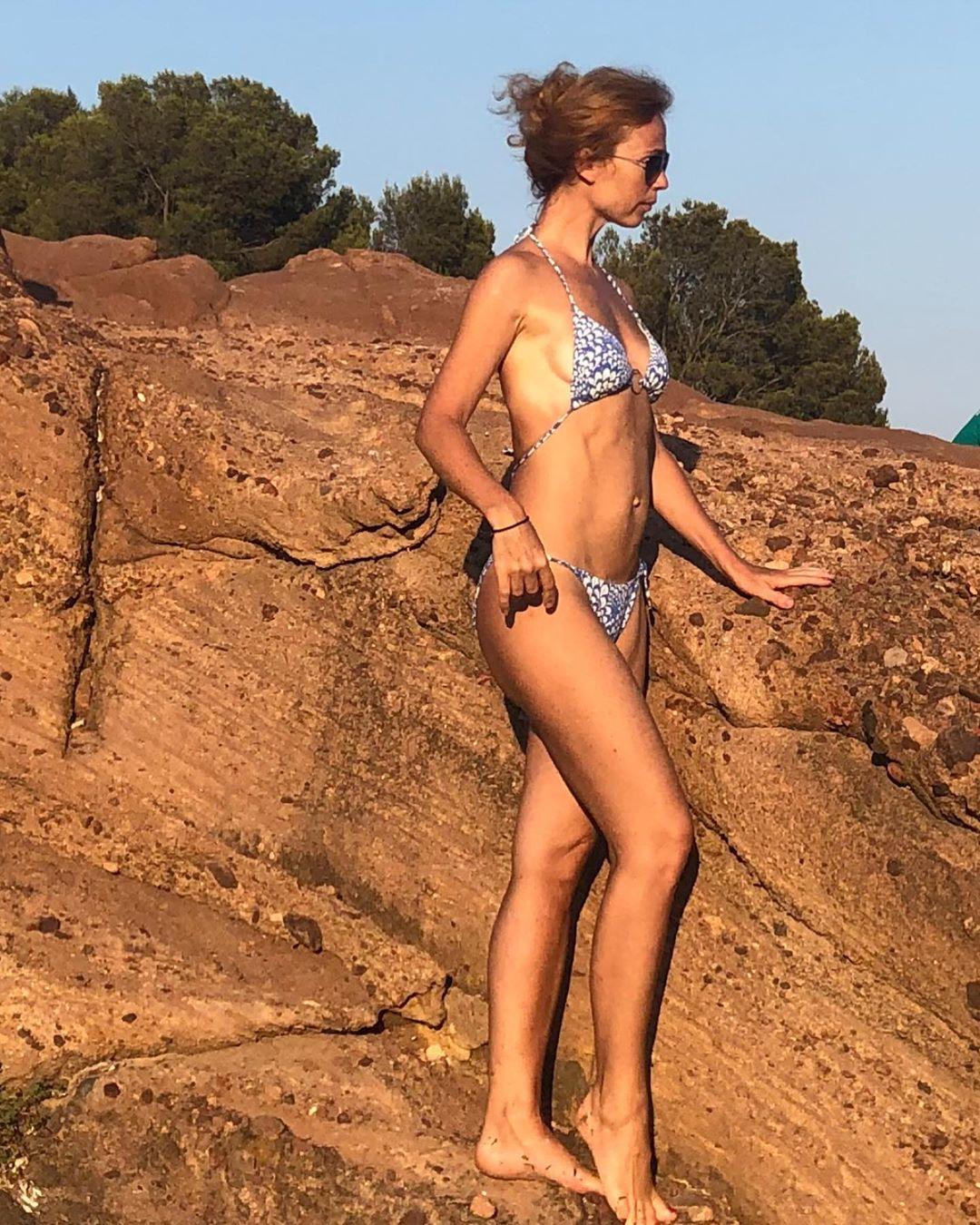 Елена Захарова показала загорелую фигуру в крошечном бикини