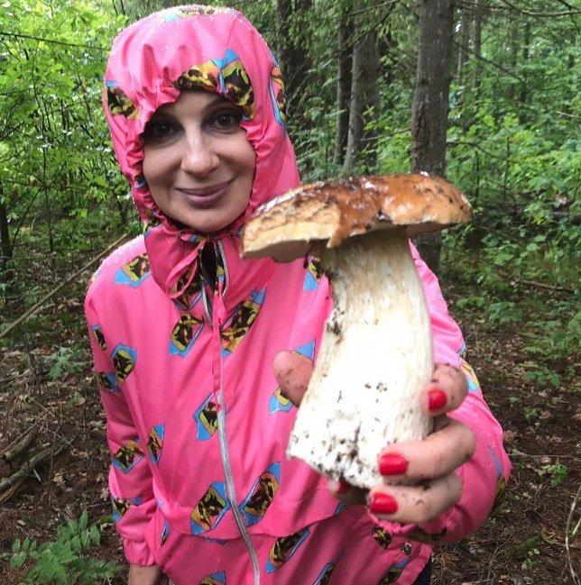 Зато сколько удовольствия: Екатерина Стриженова отправилась за грибами, несмотря на дождь