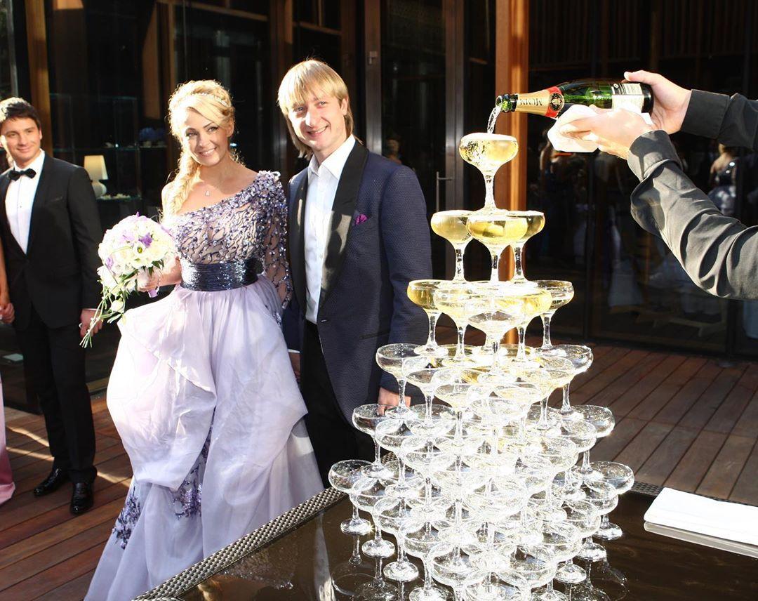 Стойкие оловянные солдатики! Евгений Плющенко и Яна Рудковская отмечают розовую свадьбу